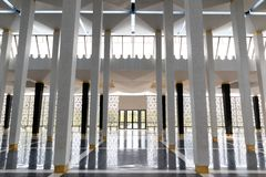 Korridor mit Säulen und Tür am anderen Ende stockfoto