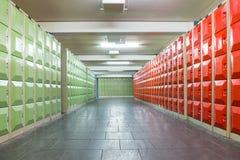 Korridor mit Schließfächern im Schulgebäude stockbild