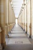 Korridor mit Spalten Stockbilder