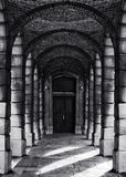 Korridor mit Spalten im Schwarzweiss-Selenfoto, abstraktes Architekturfoto, Schwarzweiss-Foto, Architekturdetails Stockfoto