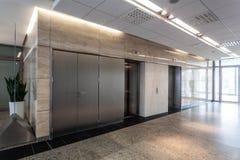 Korridor och elevator arkivfoto