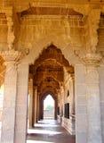 Korridor som göras av dekorativa bågar och mönstrade pelare - forntida indisk arkitektur royaltyfri bild