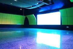 korridor som sänder ut den ljusa skärmstationsgångtunnelen Royaltyfri Bild
