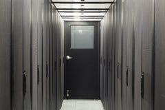 Korridor versiegelt mit Telekommunikationsgestellen stockfotografie