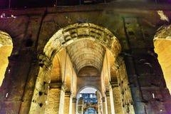 KorridorColosseum för bågar inre amfiteater imperialistiska Rome Italien royaltyfri fotografi