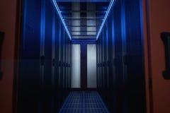 Korridoren är datumet av mitten väggar med serveror i kabinetter arkivfoto