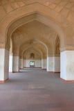 Korridoren av det välvda gallerit i den Hindustan stilen Arkivbilder