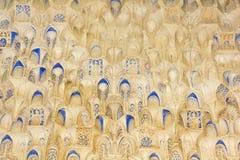 korridoren för canopyen för calligraphyen för alhambra andalusia arabesques gjorde den arabiska systrar spain stonework två Hall  Royaltyfri Foto