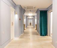 Korridoren i blått-grå färger tonar i ettstjärna komplex i Kranevo, Bulgarien Arkivfoto