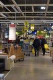 Korridorer av gods i möblemanglagret Ikea Arkivfoto