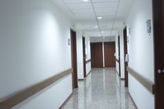 Korridorinnenraum innerhalb eines modernen Krankenhauses Stockfotos