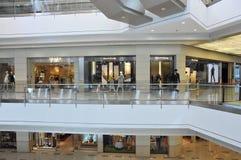 korridorinterior av shoppinggallerien Arkivbild