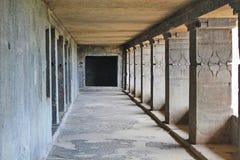 Korridorsikten av Buddhakloster, grotta inga 12, Ellora Caves, Indien Fotografering för Bildbyråer