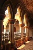 Korridorvägen med klassiska planlagda pelare och bågar i slotten av bangalore royaltyfri fotografi