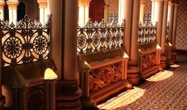 Korridorvägen med klassiska planlagda pelare och bågar i slotten av bangalore royaltyfria bilder
