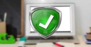 Korrigieren Sie Zeckensicherheitsschutzschild und -computer im Hintergrund Lizenzfreie Stockfotos