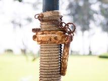 Korrodierte alte Verbindungsstückspirale, verrostetes Werkzeug Stockfotos