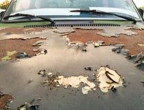 Korrodierter und abgezogener Rost auf der Haube des Autos Lizenzfreie Stockbilder