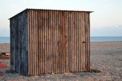 Korrugerad koja på en strand Arkivfoto
