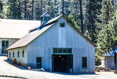 Korrugerade Tin Building In Mining Operations royaltyfri bild