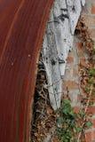 Korrugerat järn och ridit ut trä Royaltyfria Bilder