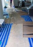 Korrugerat papper och vit väva pvc-textil för blått och för konstruktion Royaltyfria Foton