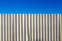 Korrugerat staket för vit metall Arkivfoto