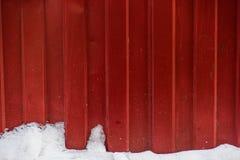 Korrugerat staket med snö royaltyfri foto