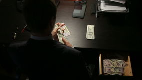 Korruption, Bestechung und Betrugskonzept - nah oben vom Geschäftsmann, der Geld nimmt stock footage