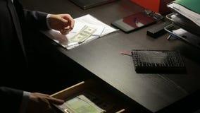 Korruption, Bestechung und Betrugskonzept - nah oben vom Geschäftsmann, der Geld nimmt stock video footage