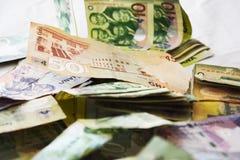 Korruption - stort belopp av Ghana pengar på säng arkivfoto