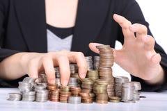 Korruption und stiehlt monye Konzept mit Frauen benutzter Hand-grabing Münze stockfotos