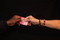 Korruptiongest av korruption med pengar till handen Royaltyfri Bild