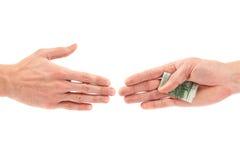 Korruptionskonzept: Hand, die Bestechungsgeld zu anderer gibt Stockfotos