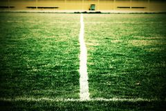 Kors av målade vita linjer på naturligt fotbollgräs Konstgjord grön torvatextur Arkivbilder