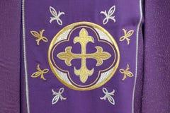 Kors detalj av den kyrkliga vestmenten Fotografering för Bildbyråer