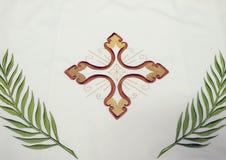 Kors detalj av den kyrkliga vestmenten Arkivbild