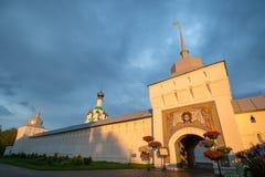 Kors-Exaltation kyrka i den Tolga kloster Guld- cirkel yaroslavl Ryssland Klostervägg exponerad av solnedgång royaltyfri bild