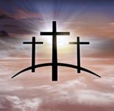 Kors för gud` s Ljus i mörk himmel bakgrundshimmeljesus religion arkivbild