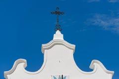 Kors för kristen kyrka mot blå himmel royaltyfri fotografi