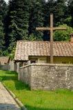 Kors framme av klosterbyggnad Royaltyfri Fotografi