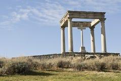 kors fyra dess monumentstolpar Arkivbild