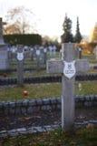 Kors i en militär kyrkogård Arkivbild