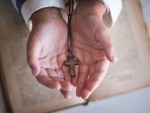 Kors i handen för barn` s Arkivfoto