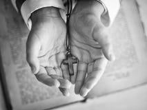 Kors i handen för barn` s Arkivbild