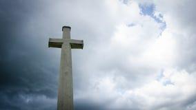 Kors i mörka clounds Fotografering för Bildbyråer