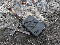 Kors, insats och magisk bok på askaen Royaltyfri Foto