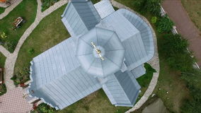 Kors - kupol av kyrkan - flygfotografering stock video