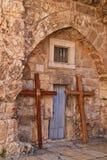 Kors lutar mot kyrkan av helgedomen begraver i Jerusalem Fotografering för Bildbyråer
