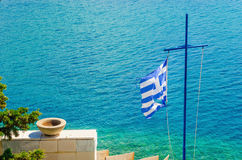 Kors med den grekiska flaggan och havet, ö för Aegean hav Arkivfoton